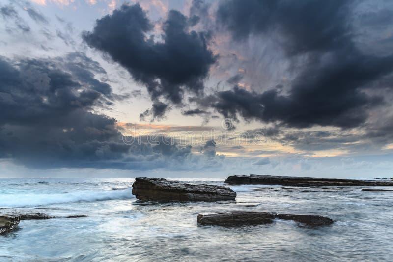 Rotsrichel en Zeegezicht met grijze Wolken royalty-vrije stock afbeeldingen