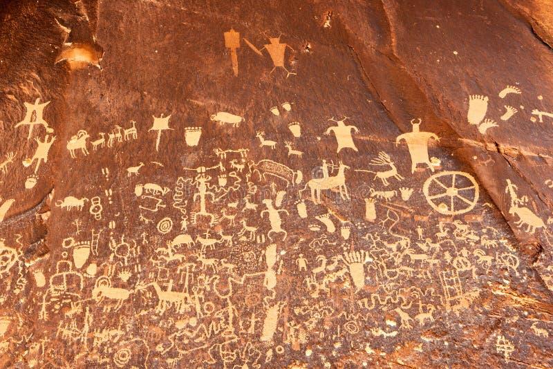 Rotstekeningen of rots het snijden op Krantenrots, Utah, de V.S. stock afbeelding