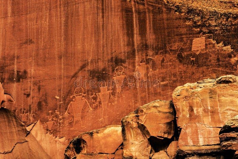 Rotstekeningen of rotsgravures in het Nationale Park van de Capitoolertsader, Utah stock foto's
