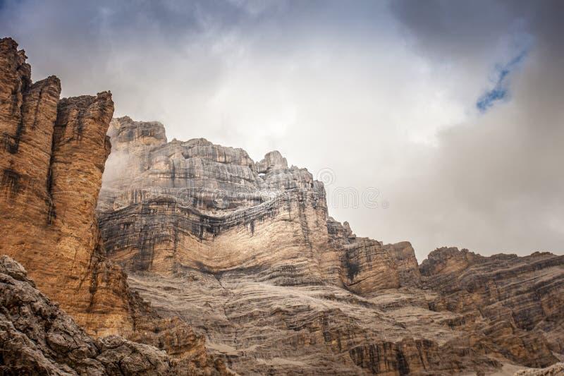 Rotsvenster dichtbij de Tofana-top stock fotografie
