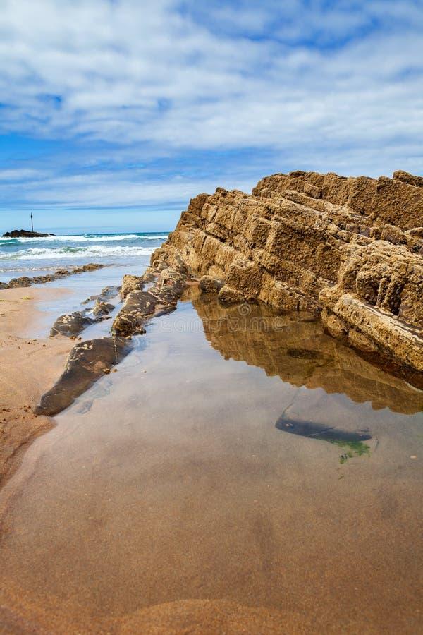 Rotsvorming bij Summerleaze-strand, Bude, in de medio Zomer stock foto's