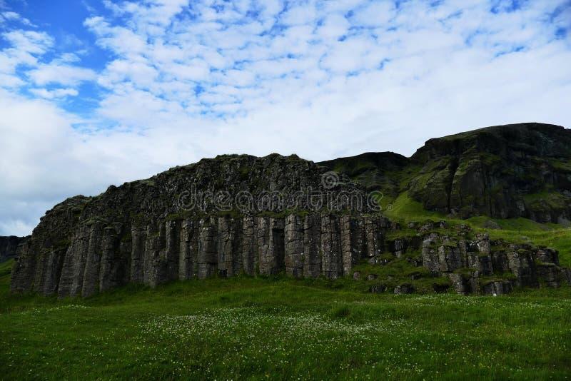 Rotsvorming bovengenoemd om een woning van dwergen, IJsland te zijn royalty-vrije stock foto's