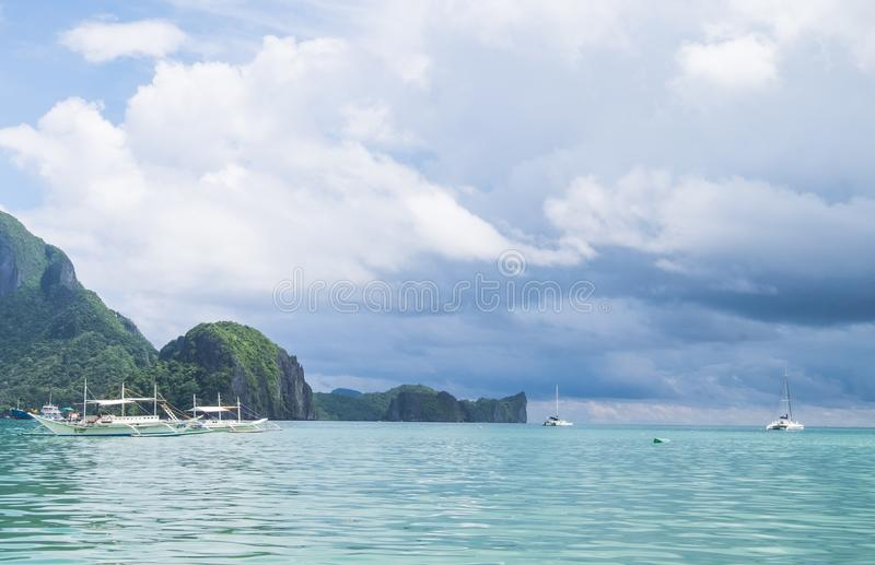 Rotsvorming in de oceaan - Gr Nido, Palawan, Filippijnen stock foto