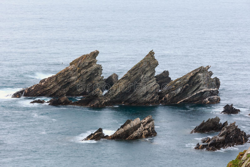 Rotsvormingen dichtbij kust royalty-vrije stock afbeeldingen