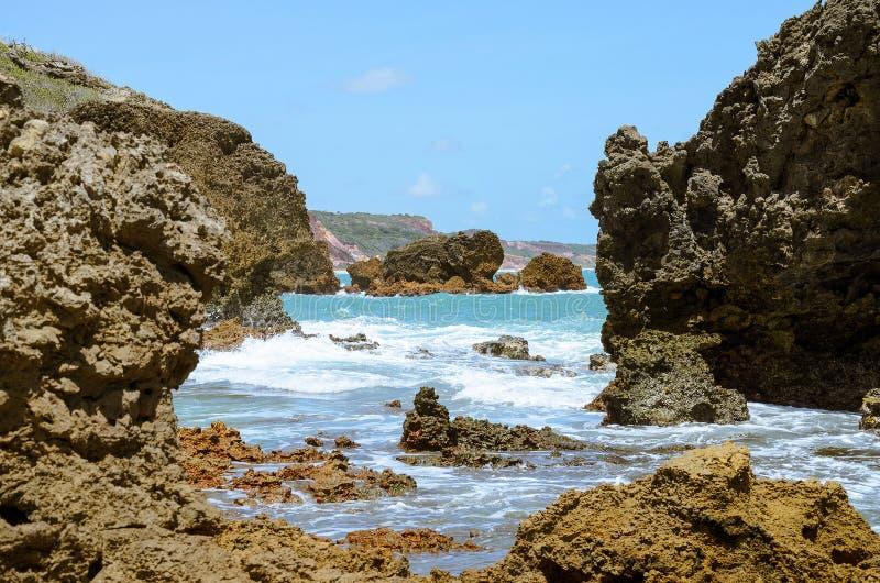 Rotsvormingen door de kracht van zeewater worden geërodeerd dat stock fotografie