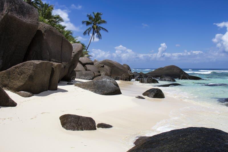 Rotsvormingen op een Strand bij Silhoueteiland stock afbeeldingen