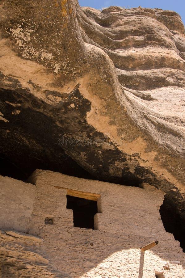 Rotswervelingen boven Gila Cliff Dwellings stock fotografie