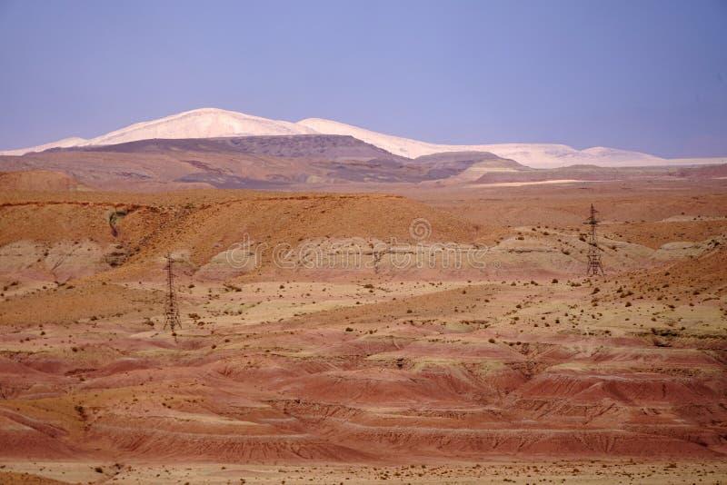 Rotswoestijn in de atlasbergen in Marokko stock afbeeldingen