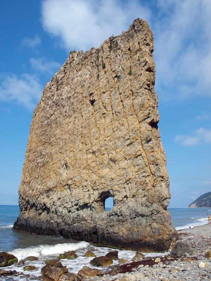 Rotszeil op de kust van de Zwarte Zee royalty-vrije stock afbeelding