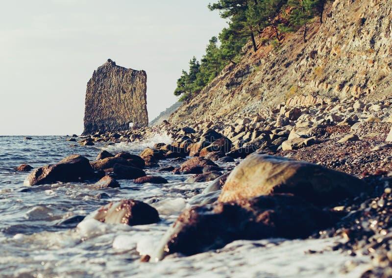 Rotszeil op kust van de Zwarte Zee royalty-vrije stock afbeeldingen