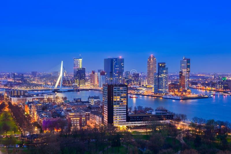Rotterdam bij Schemering van Euromast stock afbeeldingen