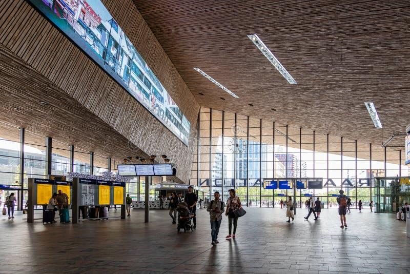 Rotterdam Centraal, de Centrale post bouw binnen stock fotografie