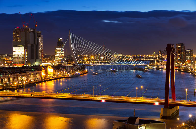 Rotterdam-Dämmerungsbrücke lizenzfreie stockfotos