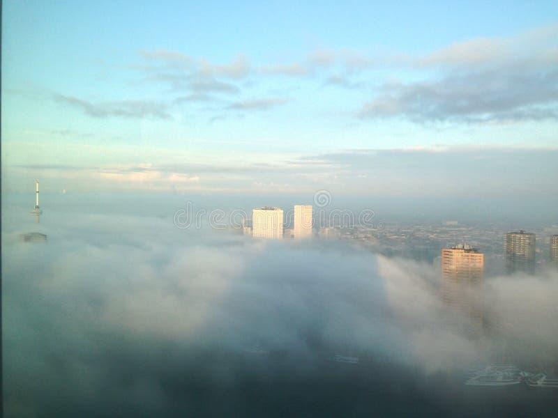 Rotterdam dans les nuages images stock