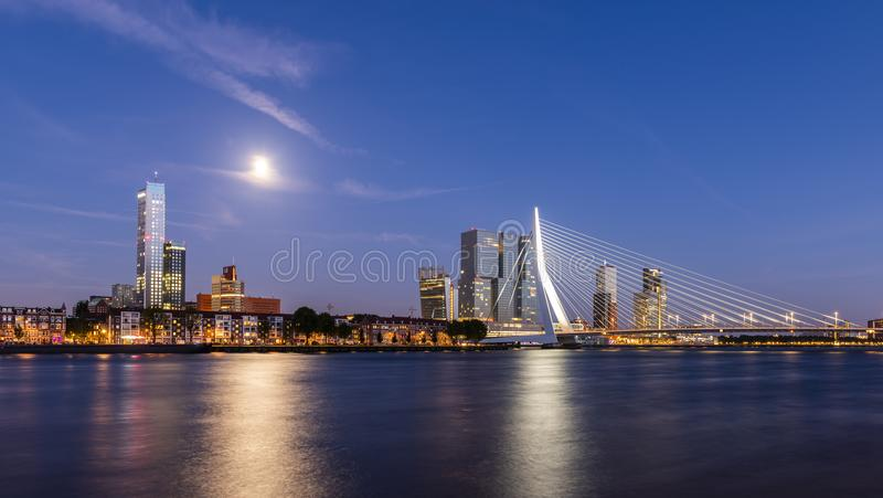 Rotterdam en la noche con el puente de Erasmus fotografía de archivo