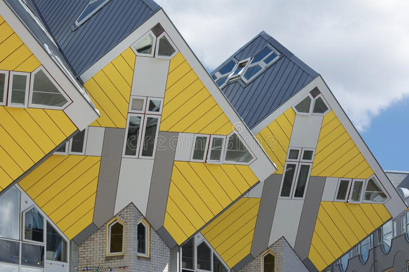 Rotterdam, Holanda/Países Baixos - 26 de abril de 2019: apartamentos e escritórios dentro das casas cúbicas de Rotterdam, cidade  fotos de stock royalty free