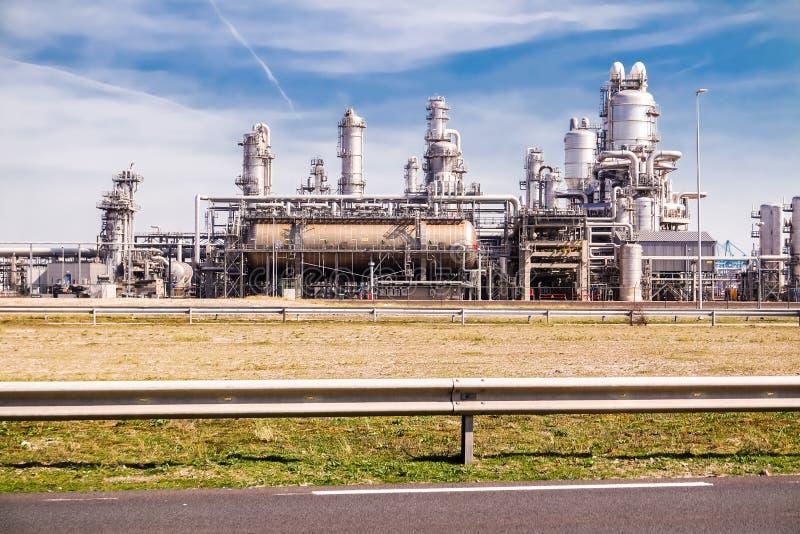 Rotterdam, holandie - Kwiecień 20 2018: Rafinerii roślina petrochemicznego przemysłu inscenizowanie przy Europort schronieniem obrazy stock