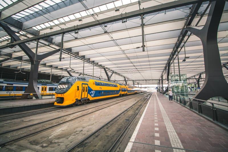 Rotterdam, holandie - Około 2018: Wśrodku Rotterdam Centraal stacji fotografia stock