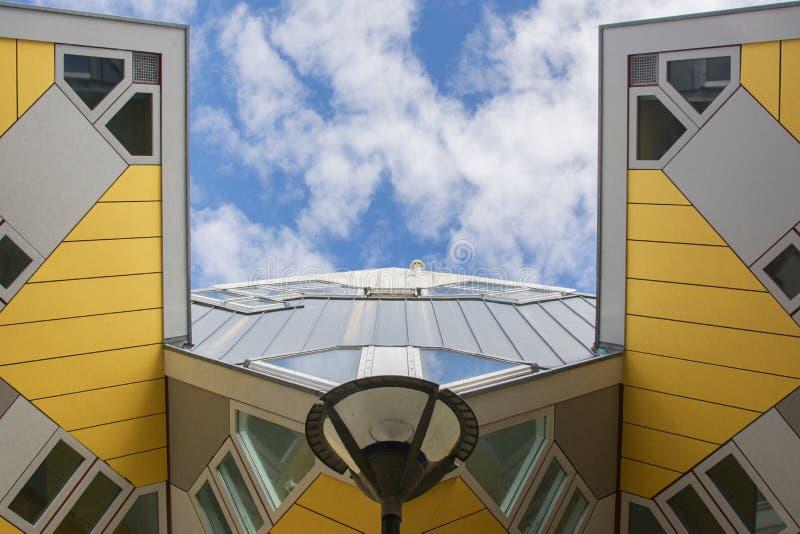 Rotterdam, Holland/Nederland - April 26 2019: flats en bureaus binnen de kubieke huizen van Rotterdam, metropolitaanse stad B royalty-vrije stock foto's