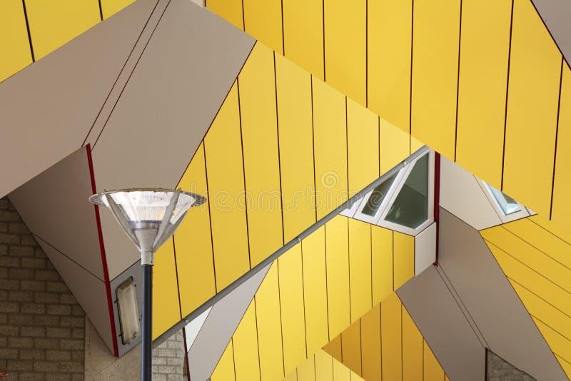 Rotterdam, Holland/Nederland - April 26 2019: flats en bureaus binnen de kubieke huizen van Rotterdam, metropolitaanse stad B stock afbeelding