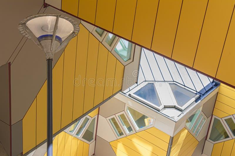 Rotterdam, Holland/Nederland - April 26 2019: flats en bureaus binnen de kubieke huizen van Rotterdam, metropolitaanse stad B stock afbeeldingen