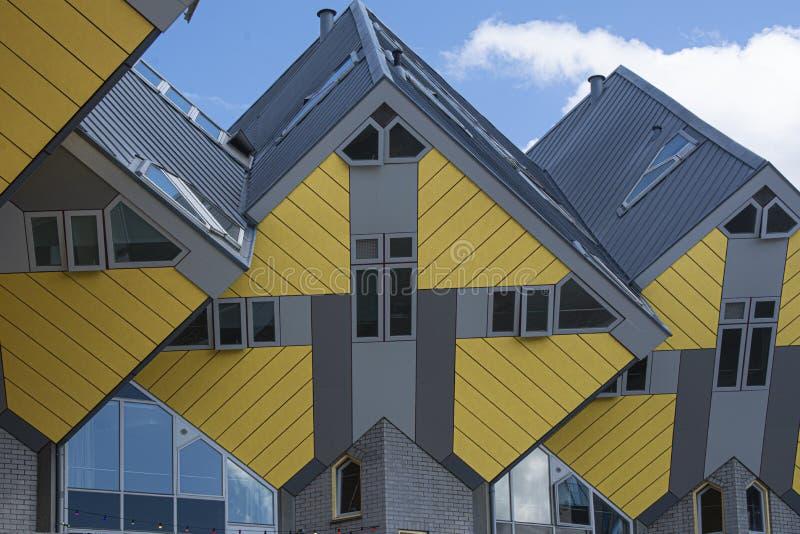 Rotterdam, Holland/Nederland - April 26 2019: flats en bureaus binnen de kubieke huizen van Rotterdam, metropolitaanse stad stock fotografie
