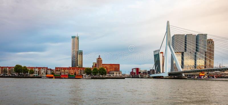 Rotterdam, horizonte holandés y puente de Erasmus por la tarde imagen de archivo libre de regalías