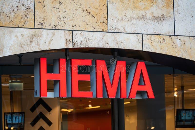 Rotterdam, los Países Bajos - 16 de febrero de 2019: La entrada de una tienda llamó Hema Hema es una cadena de venta al por menor imagen de archivo libre de regalías