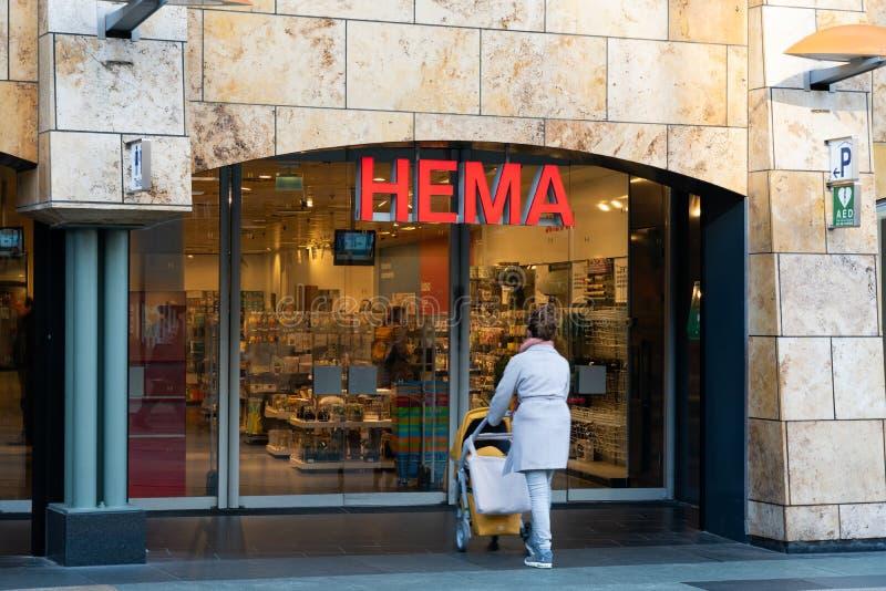 Rotterdam, los Países Bajos - 16 de febrero de 2019: La entrada de una tienda llamó Hema Hema es una cadena de venta al por menor fotografía de archivo