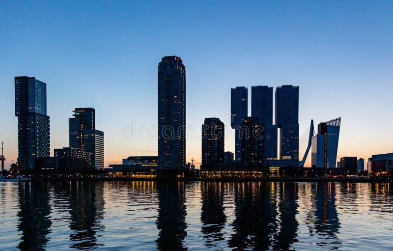 Rotterdam miasta holandie iluminowali drapacz chmur, odbicia na wodzie, zmierzchu czas, błękita jasny niebo zdjęcia royalty free