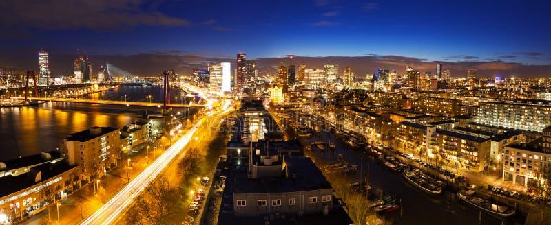 Rotterdam-Nachtskyline stockfoto
