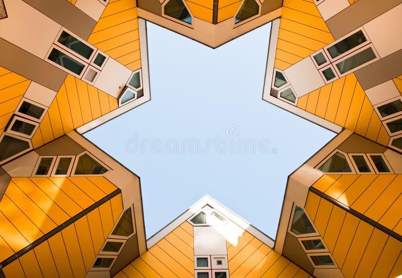 ROTTERDAM NEDERLÄNDERNA: NOVEMBER 17, 2017: Gula kubhus i mitten av Rotterdam, Nederländerna royaltyfria foton