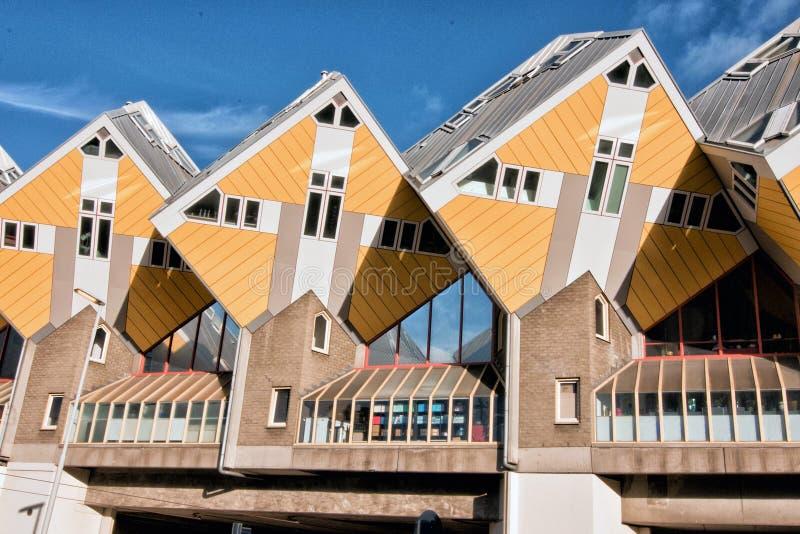 ROTTERDAM NEDERLÄNDERNA: NOVEMBER 17, 2017: Gula kubhus i mitten av Rotterdam, Nederländerna royaltyfri fotografi