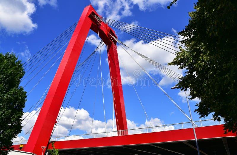 Rotterdam, Nederländerna - 2 september 2019: Willemsbrug på floden Nieuwe Maas royaltyfri fotografi