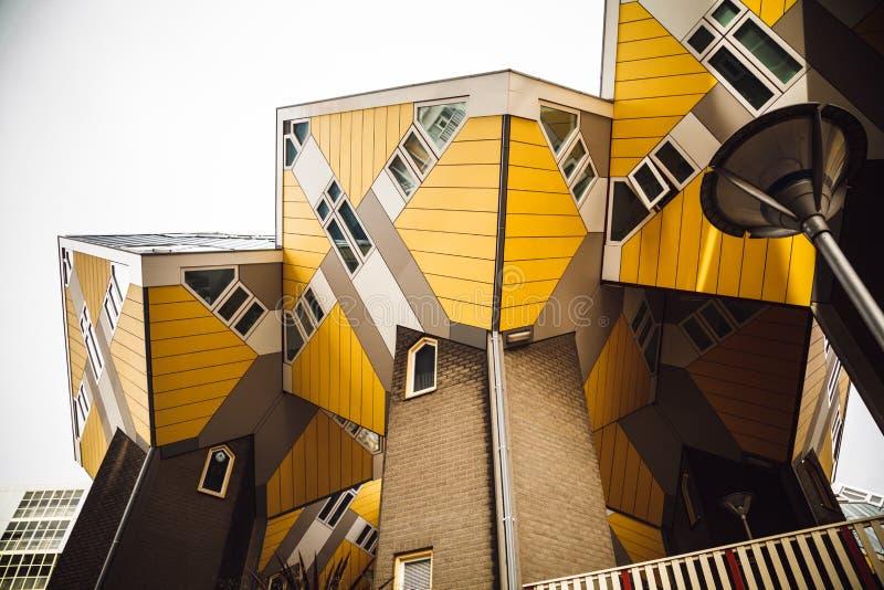ROTTERDAM, NEDERLAND - 30 APRIL 2016: Langs ontworpen kubushuizen royalty-vrije stock afbeelding