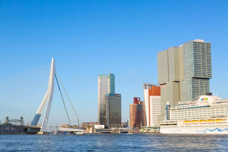 Rotterdam, Nederland - mag, 2018: AIDAperla bij Cruise Eindrotterdam dichtbij Erasmus brug met blauwe hemel, panora van Rotterdam royalty-vrije stock afbeeldingen