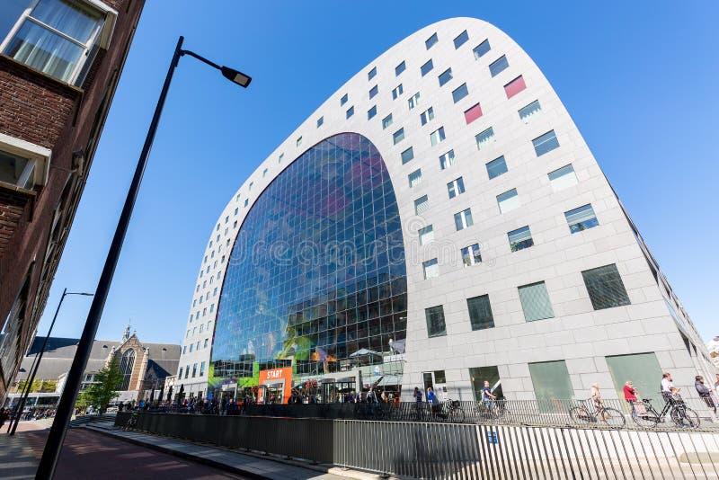 Rotterdam, Nederland - mag, 2018: Beroemde Markethall in Rotterdam, Zuid-Holland, Nederland tegen blauwe hemel stock fotografie