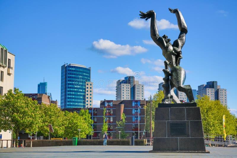 Rotterdam, Nederland - mag, 2018: Brons monument Vernietigd die Stad en oorlogsgedenkteken door beroemde kunstenaar Ossip Zadkine stock fotografie