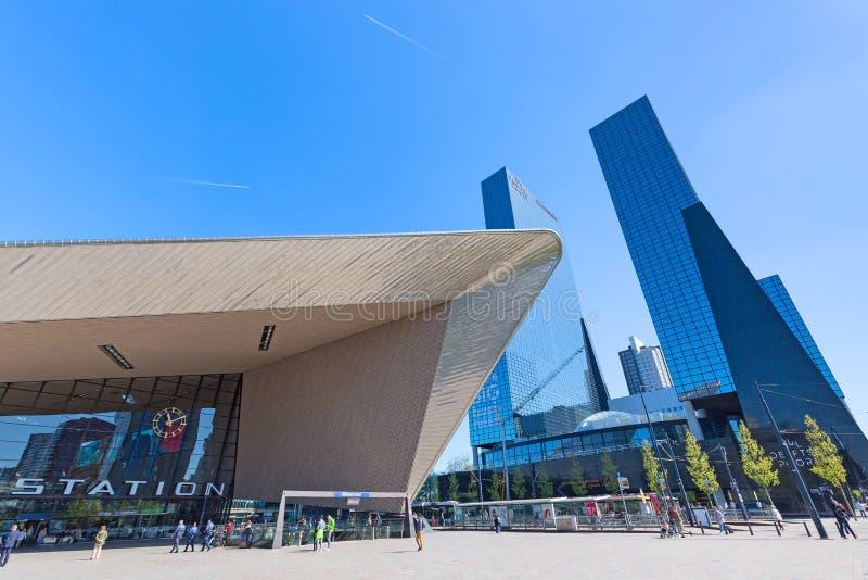 Rotterdam, Nederland - mag, 2018: Centraal station Rotterdam Centraal met beroemde wolkenkrabbers in Rotterdam, Nederland royalty-vrije stock foto