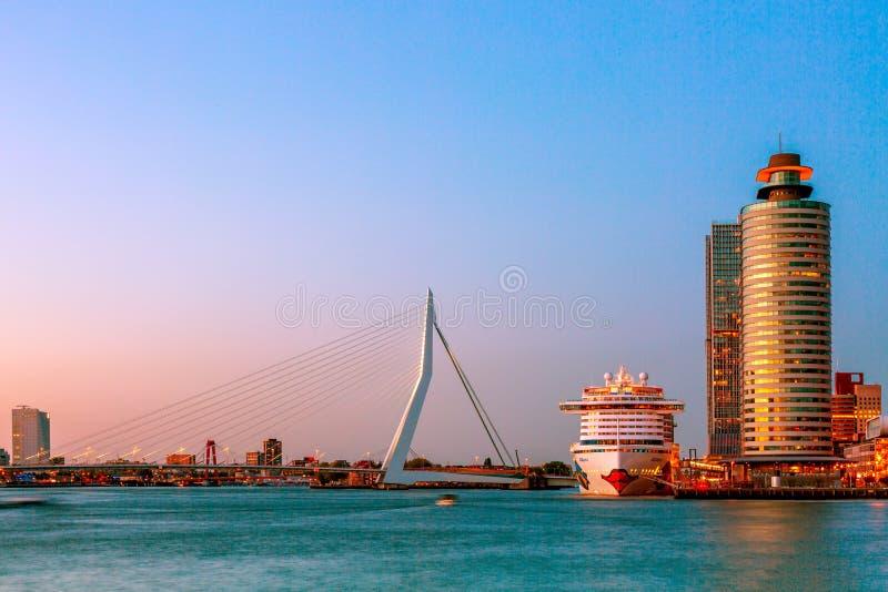 Rotterdam, Nederland - mag, 2018: Het schip van de AIDAperlacruise bij Cruise Eindrotterdam dichtbij Erasmus brug tijdens schemer stock fotografie