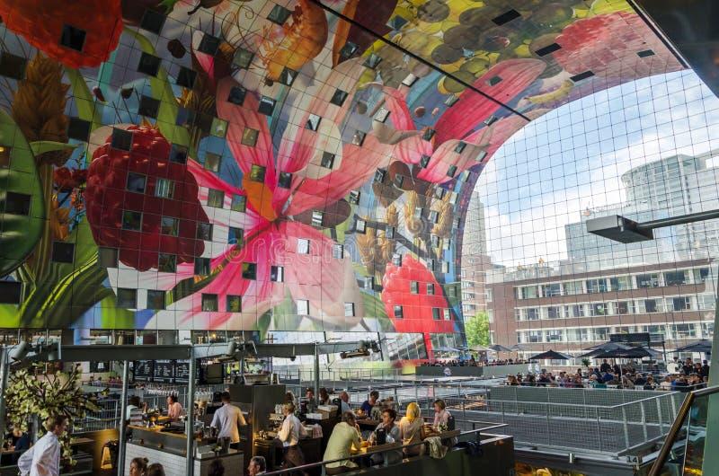 Rotterdam, Nederland - Mei 9, 2015: Kleinhandelswinkel in Markthal (Marktzaal) een nieuw pictogram in Rotterdam stock fotografie
