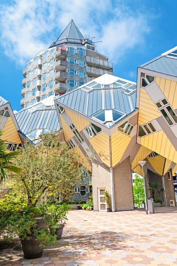 ROTTERDAM, NEDERLAND - Mei 9, 2015: Van de potloodtoren en kubus huizen stock foto
