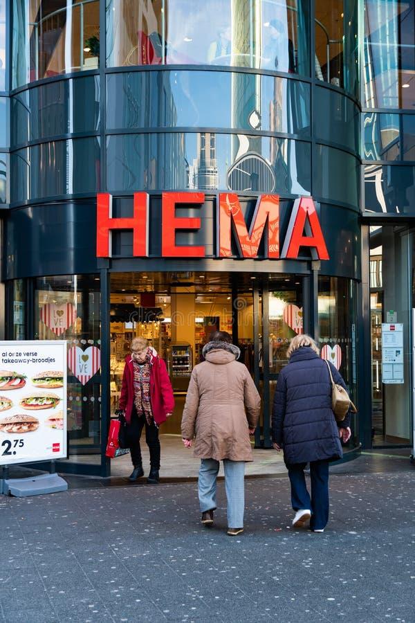 Rotterdam, os Países Baixos - 16 de fevereiro de 2019: A entrada de uma loja chamou Hema Hema é uma corrente varejo holandesa de  imagem de stock