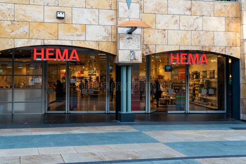 Rotterdam, os Países Baixos - 16 de fevereiro de 2019: A entrada de uma loja chamou Hema Hema é uma corrente varejo holandesa de  foto de stock royalty free