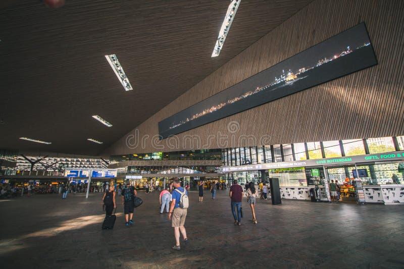 Rotterdam, Países Baixos - cerca de 2018: Dentro da estação de Rotterdam Centraal imagens de stock