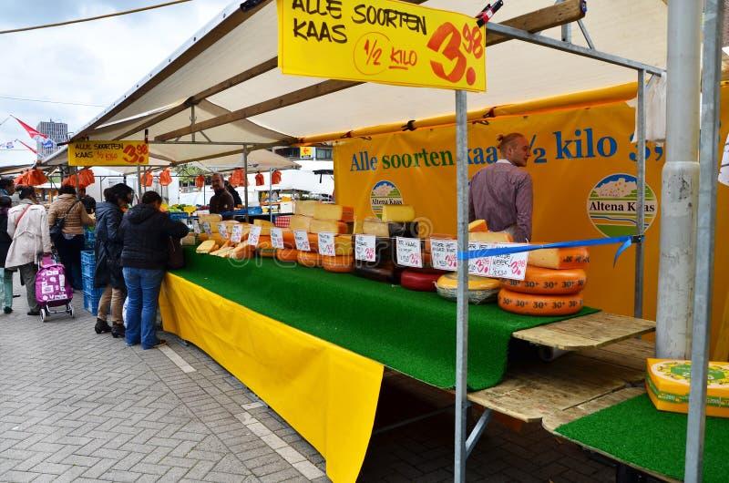 Rotterdam, Países Baixos - 9 de maio de 2015: Vendedores e clientes não identificados no mercado de rua em Rotterdam imagens de stock royalty free