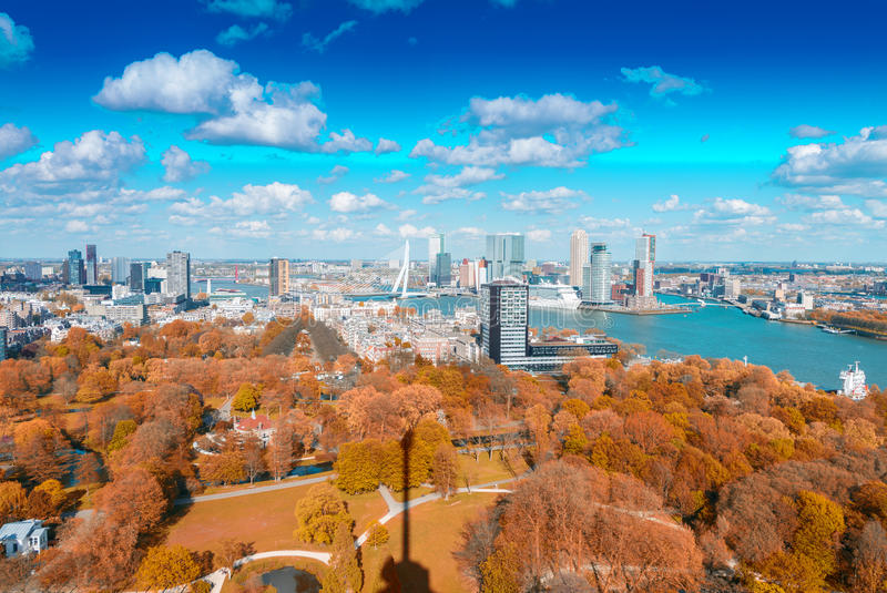 Rotterdam, Países Bajos Horizonte de la ciudad en un día soleado hermoso fotografía de archivo