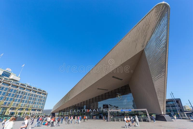 Rotterdam, Países Bajos - mayo de 2018: Ferrocarril central Rotterdam Centraal en Rotterdam, Países Bajos La estación era i abier fotos de archivo