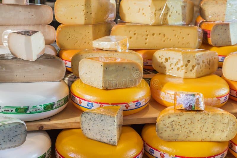 Rotterdam, Paesi Bassi - 26 aprile 2017: Negozio del formaggio sul mercato m. fotografia stock