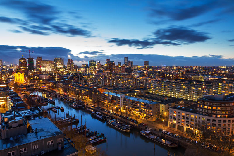 Rotterdam-Skyline nach Sonnenuntergang stockfotos